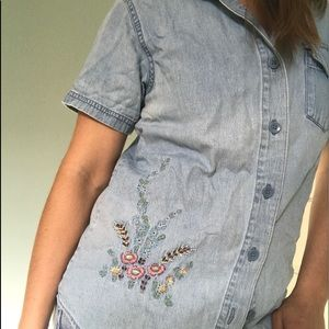 Basic Editions Tops - Button down t-shirt. With floral design.